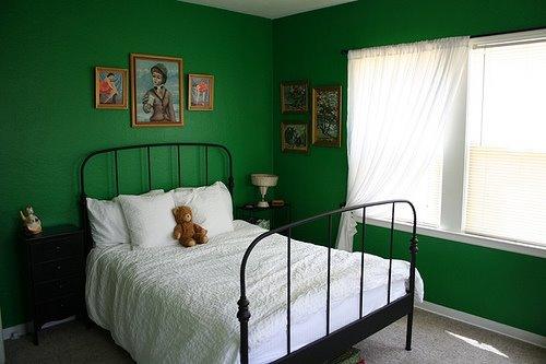 темно-зеленая спальня