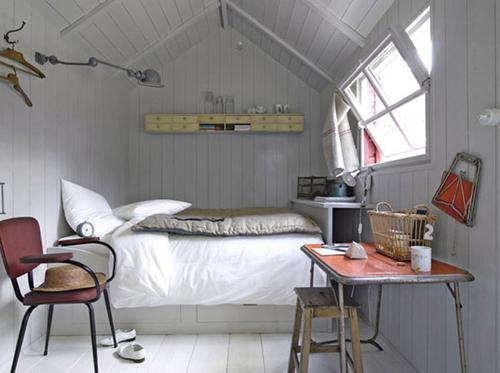 Светлое напольное покрытие узкой спальне