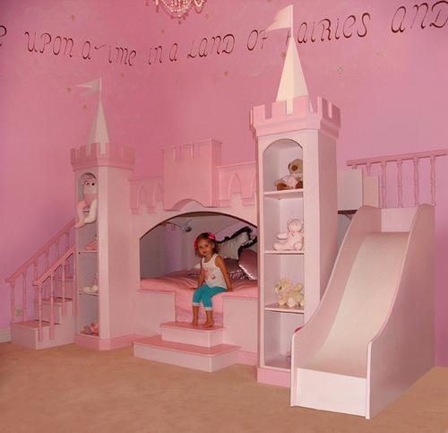 Кровать-замок в детской комнате принцессы