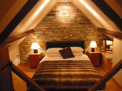 Интерьер длинной узкой спальни