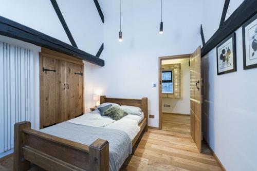 Напольное покрытие в узкой спальне