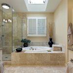 Фото 22: Душевая около ванны с отделкой камнем и стеклом