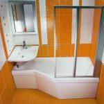 Фото 72: Ванна с душевой и раковиной в маленькой ванной комнате