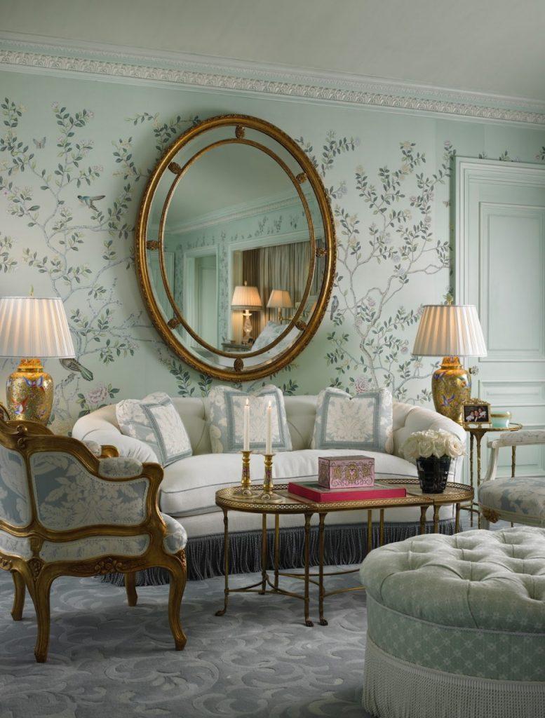 Расположение зеркала над диваном