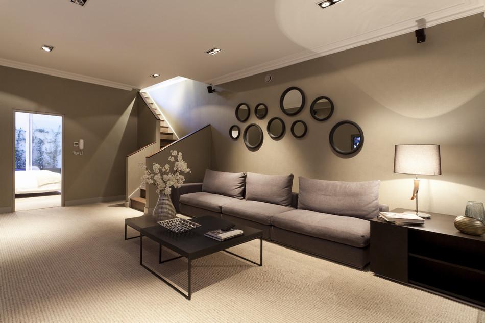Зеркальные композиции в гостиной