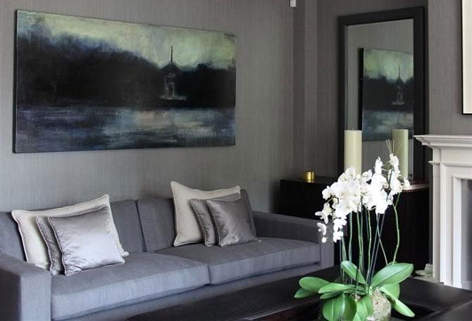 Белая орхидея в гостиной
