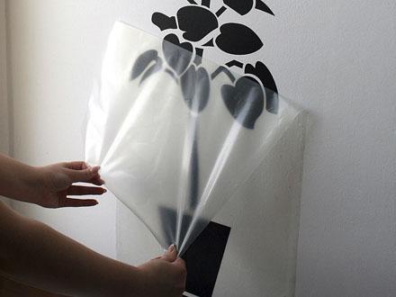 Снятие монтажной пленки с наклейки