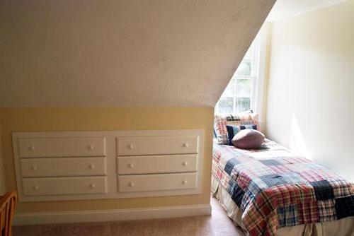 Маленькая спальня в мансарде ( фото)