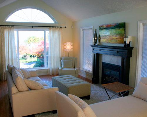 Белые шторы в интерьере гостиной с камином