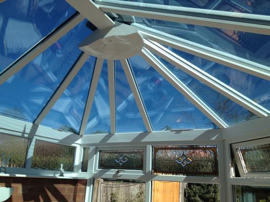 Декоративные потолочные балки на купольной крыше