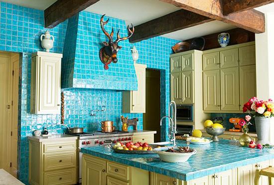 Кухонная столешница из керамической плитки в интерьере