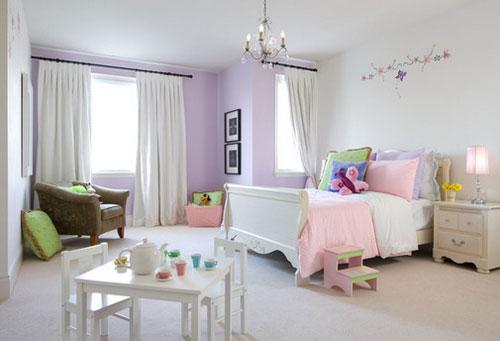 Белые шторы в интерьере детской в сочетании с темным карнизом