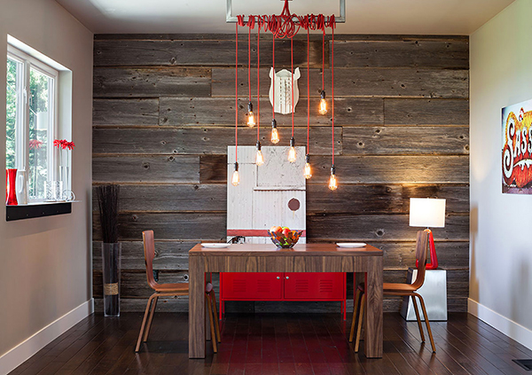 Отделка стен деревом в интерьере столовой и яркие аксессуары