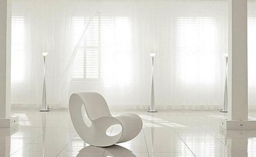 Белые шторы в интерьере с стиле минимализм