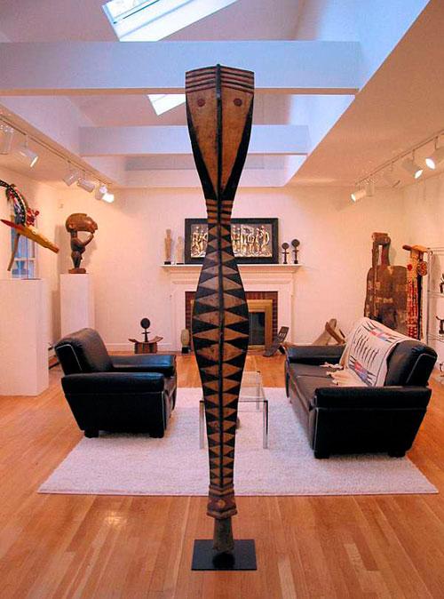 Африканский стиль в интерьере гостиной: деревянные элементы декора