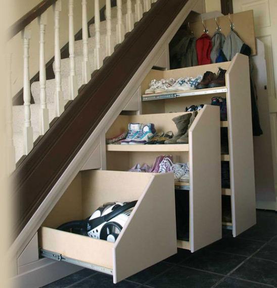 Хранение обуви в лестнице