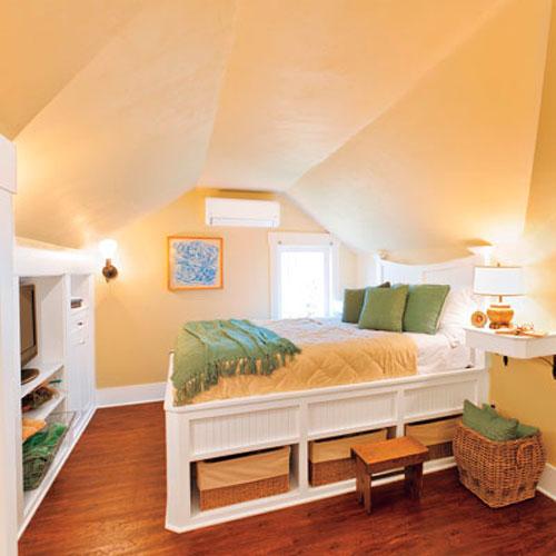Интерьер спальни в мансарде в пастельных тонах