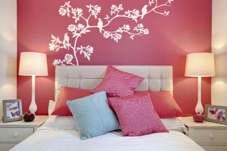Декоративные наклейки над изголовьем кровати