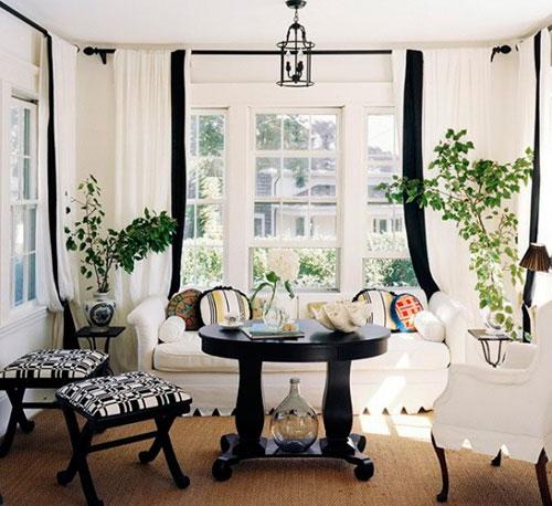 Белые шторы в черно-белом интерьере гостиной