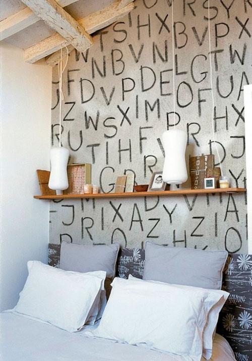 Надписи на стенах в интерьере спальни