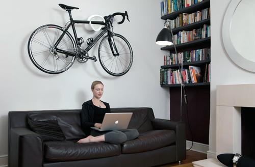 Велосипед в интерьере гостиной