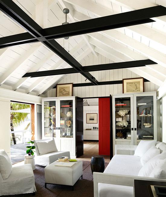 Контрастные потолочные балки в современном интерьере