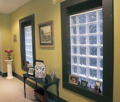 Декоративные стеклоблоки в прихожей