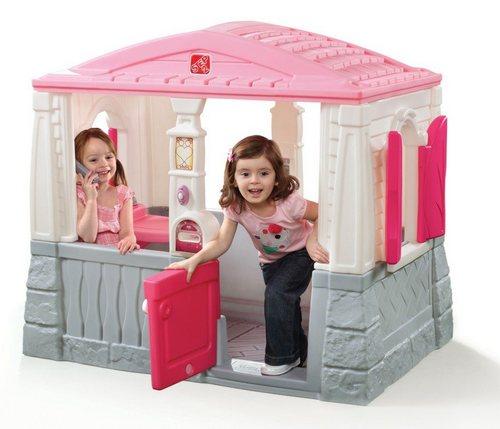 Пластиковый домик в детской комнате