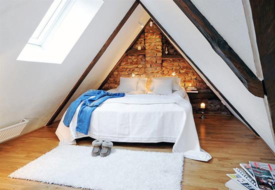 Красивая спальня с кирпичной стеной фото