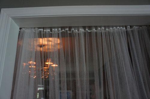Некачественные белые шторы в интерьере