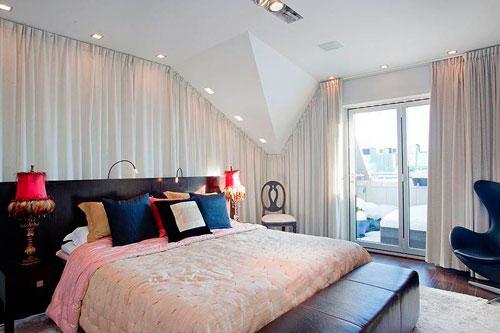 Белые шторы в интерьере современной спальни