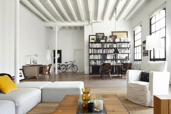 Декоративные потолочные балки сливаются с потолком