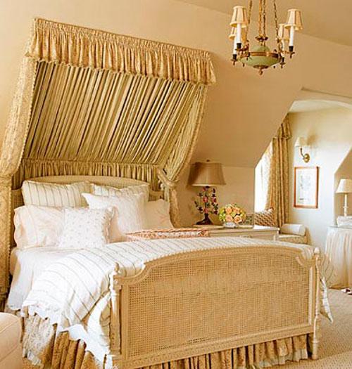 Интерьер спальни в мансарде в классическом стиле