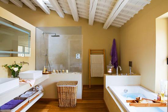 Декоративные потолочные балки в интерьере ванной комнаты