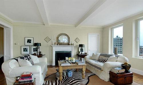 Симметричная расстановка мебели в интерьере квадратной гостиной