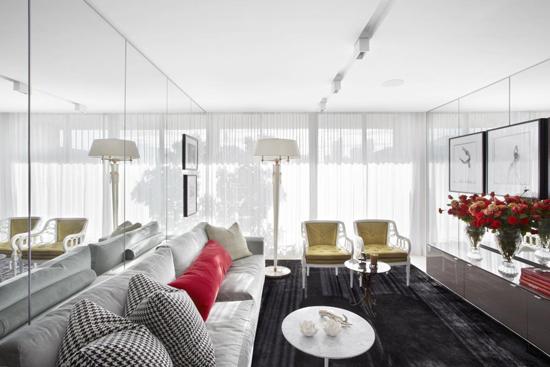 Зеркальная стена в минималистичной гостиной