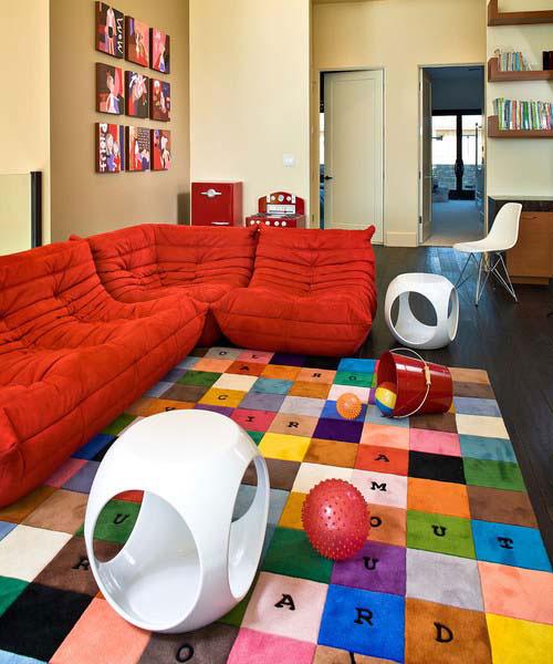 Использование аксессуаров для создания детской зоны в гостиной