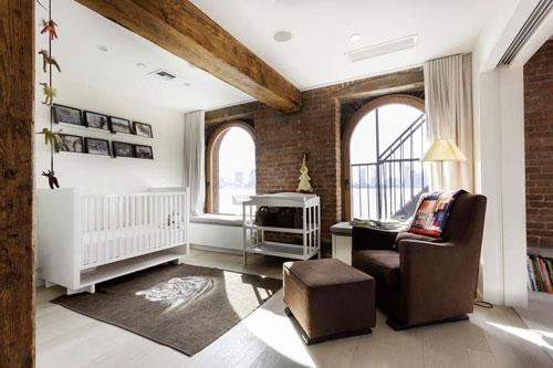 Детская зона в гостиной, выделенная при помощи потолочных балок и цвета мебели и пола