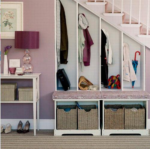 Как сделать красивую прихожую в доме с лестницей