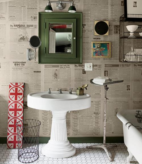 Газетный принт в интерьере ванной