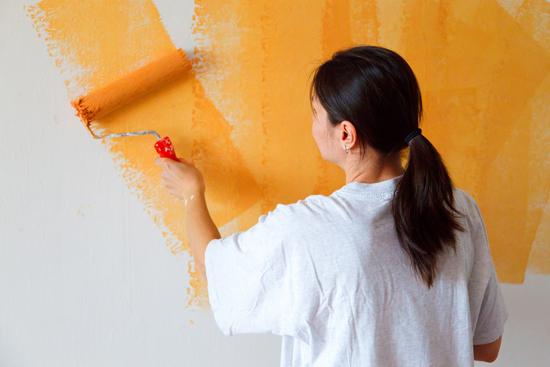 Окрашивание стен в прихожей