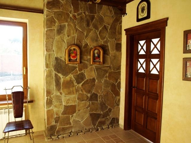 Отделка стен камнем в прихожей фото