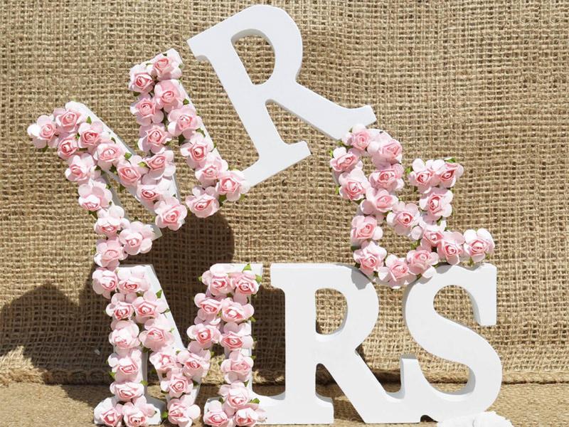 Украшение объемных букв из пенопласта цветами из бумаги