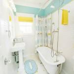 Фото 15: Ванная комната в голубых и желтых тонах