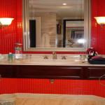 Фото 8: Яркая красная ванная комната