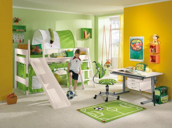 Белый потолок в маленькой комнате - самый подходящий вариант