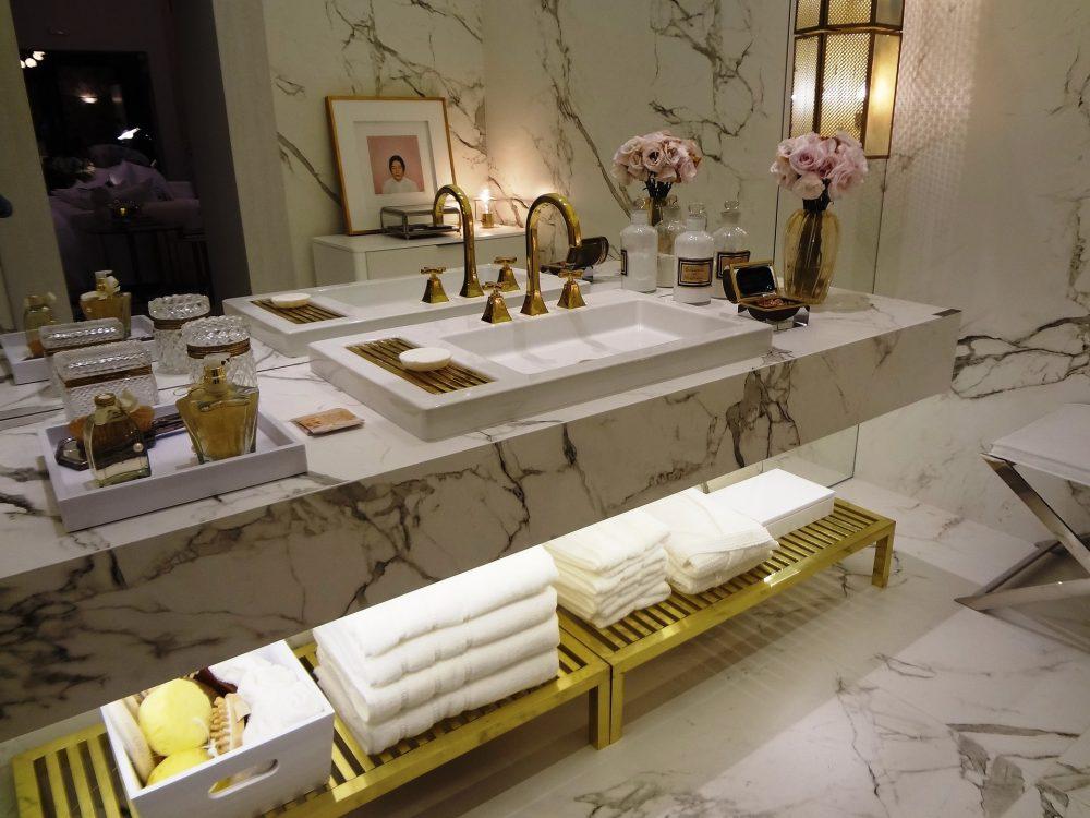 Дополнение концепции дизайна аксессуарами в ванной комнате