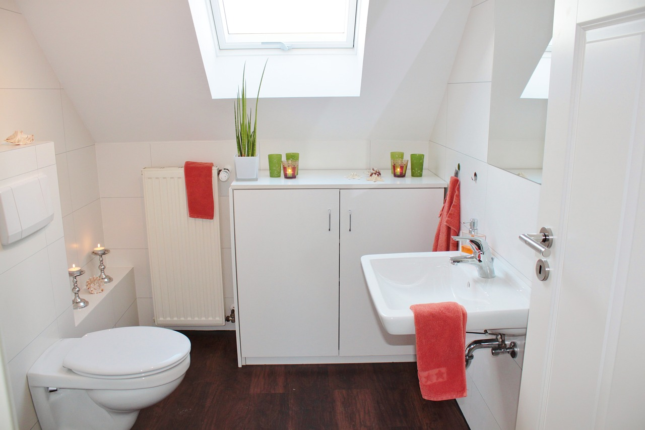 Яркий акцент на аксессуарах в ванной комнате