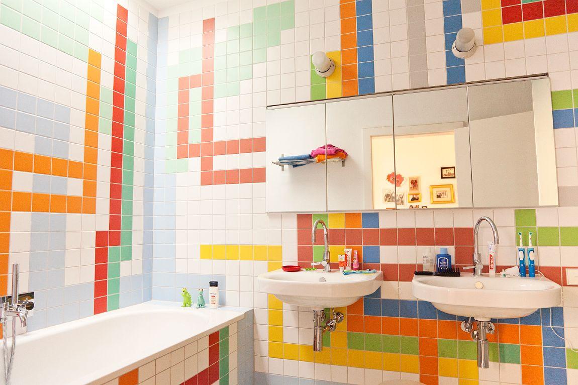 Использование множества ярких оттенков в ванной на белом фоне
