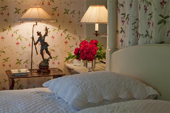 Кровать лучше располагать в центре комнаты